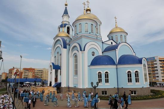 Освящение Казанского храма. Крестныйход вокруг храма возглавляемый Патриархом Кириллом.