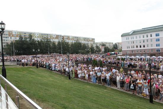Народ перед Казанским храмом 21.07.2011.