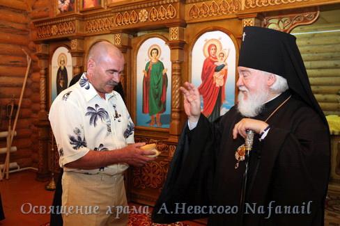 Владыка благославляет создателя храма Анатолия Волкова