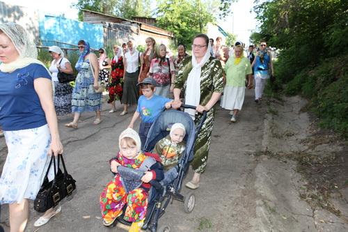Матушка отца Андрея с детьми на крестном ходе