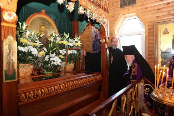 Архиепископ Симбирский и Мелекесский Прокл перед сявытми мощами святого Андрея. 3 июня 2011 года