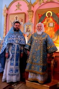 Архиепископ Прокл и настоятель протоиерей Олег Беляев