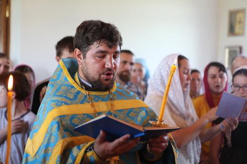 Чувашская Кулатка молится перед Святым Образом Казанской Жадовской Божией Матери